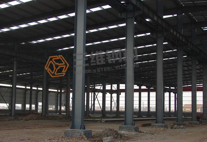 一、钢结构厂房通风降温,由于钢结构厂房内有些机器产生热量和水蒸气,这些热气和水蒸气如果不及时排出,就会在厂房内累积,从而使钢结构厂房温度升高影响钢结构厂房环境。解决这些问题的办法就是保证厂房的合理通风,安装适量合适的通风系统。合理的排风系统安装会明显的改善钢结构厂房空气环境,降低钢结构厂房温度。