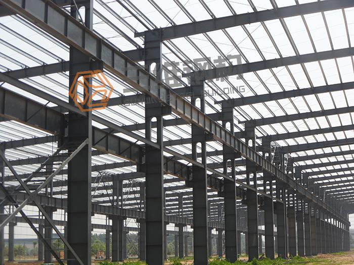 一、门式钢结构厂房刚架斜梁与柱的连接,可采用端板竖放、端板横放和端板斜放三种形式,斜梁拼接时宜使端板与钢构件外边缘垂直。 二、端板连接应按所受很大内力设计,当内力较小时,端板连接应按能够承受不小于较小被连接截面承载力的一半设计。 三、主刚架构件的连接采用高强度螺栓,可采用承压型和摩擦型连接,当为端板连接且只受轴向力和弯矩,或剪力小于其抗滑移承载力时,端板表面可不作专门处理。吊车梁与制动梁的连接可采用高强度摩擦型螺栓连接或焊接。吊车梁和刚架连接处宜设长圆孔。高强度螺栓直径可根据需要选定,通常采用M16--M