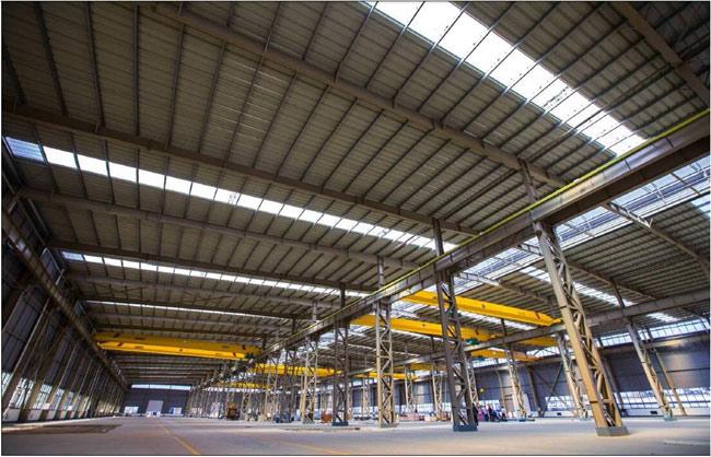 由于钢结构厂房内有些机器会产生热量和水蒸气,这些热气和水蒸气如果不及时排出,就会在厂房内累积,从而使钢结构厂房温度升高并影响钢结构厂房环境。解决这些问题的办法就是保证厂房的合理通风,安装合适的通风设备。合理的排风系统会明显的改善钢结构厂房空气环境,较大的降低钢结构厂房温度。      1.